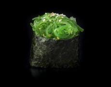 Гункан с водорослями