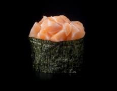 Гункан с лососем и острым соусом