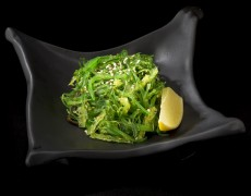 Салат из водорослей с ореховым соусом (100 г)